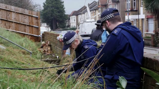 police officers search the area around the home of former eastenders actress sian blake on january 6 2016 in london england the former eastenders... - イーストエンダーズ点の映像素材/bロール