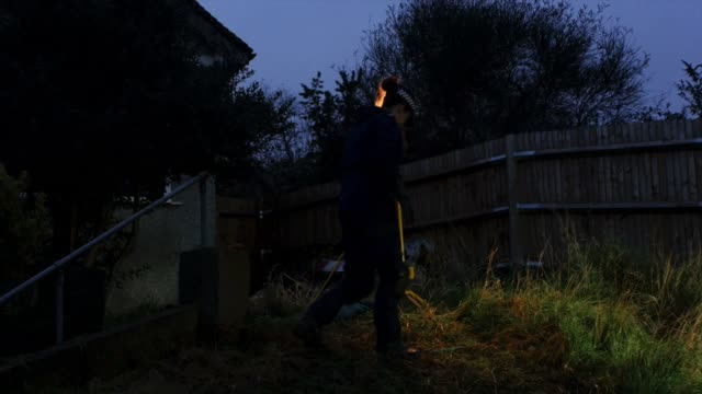 police officers search the area around the home of former eastenders actress sian blake on january 6, 2016 in london, england. the former eastenders... - eastenders stock-videos und b-roll-filmmaterial