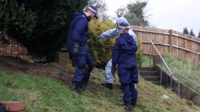 police officers search the area around the home of former eastenders actress sian blake on january 6 2016 in london england the former eastenders... - ソープオペラ点の映像素材/bロール