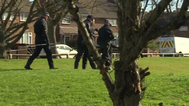 police officers searching for clues into the fatal stabbing of jodie chesney in romford - stechen stock-videos und b-roll-filmmaterial