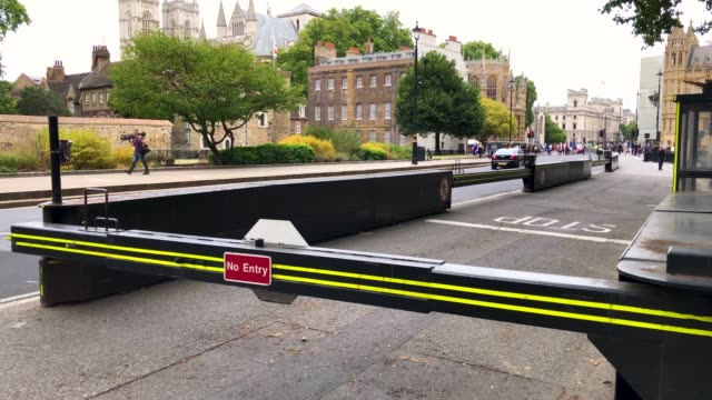 police officers secure westminster bridge going towards the houses of parliament after a vehicle crashed into security barriers injuring a number of... - verkehrsunfall stock-videos und b-roll-filmmaterial