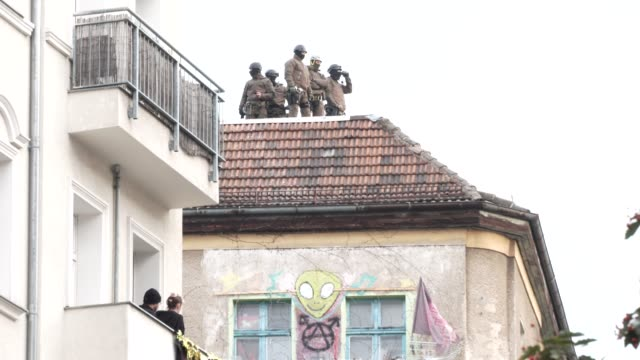 police officers stand on the roof of liebigstrasse 34, also known as liebig34, during the eviction of its residents on october 09, 2020 in berlin,... - links platz stock-videos und b-roll-filmmaterial