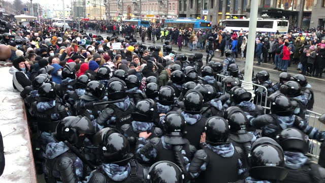 vidéos et rushes de police officers violently pacifying supporters of alexey navalny on opposition rally in moscow. supporters of alexey navalny, russian opposition... - moscow russia