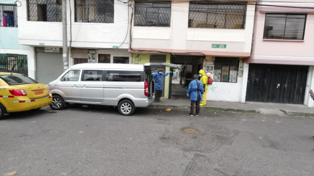 quito pichincha ecuador august 14th 2020 police officers wear biosecurity suit while carrying carton coffin that contains possible covid victim - eventuell stock-videos und b-roll-filmmaterial