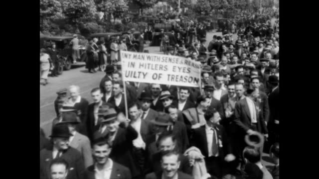 stockvideo's en b-roll-footage met / police on horseback try to control crowds of protestors in hyde park / jewish demonstrators and wwi veterans carrying banners / double decker buses... - 1933