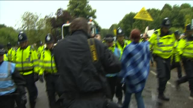 police outnumber anti-fracking protesters in west sussex - protesta anti fracking video stock e b–roll