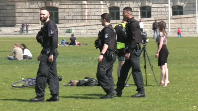 police patrol in front of the reichstag during the coronavirus crisis on may 08, 2020 in berlin, germany. several dozen people had heeded a call-up... - untersuchen stock-videos und b-roll-filmmaterial