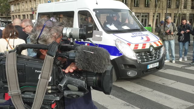 vidéos et rushes de police patrol the bridge near paris police headquarters after four officers were killed in a knife attack on october 3, 2019 in paris, france. a... - lieux géographiques