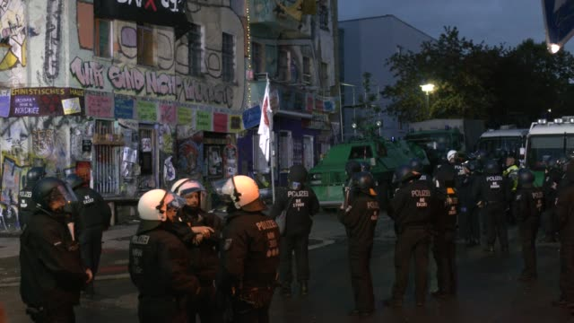 police prepare to make their way in to liebigstrasse 34, also known as liebig34, during the eviction of its residents on october 09, 2020 in berlin,... - links platz stock-videos und b-roll-filmmaterial