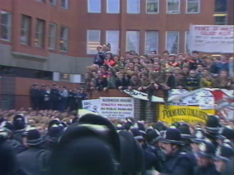 police push back a crowd of miners outside the num headquarters in sheffield - minatore video stock e b–roll