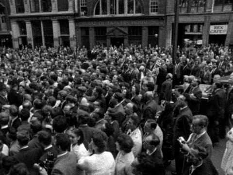 police push back large crowds outside the old bailey during the stephen ward trial - オールドベイリー点の映像素材/bロール