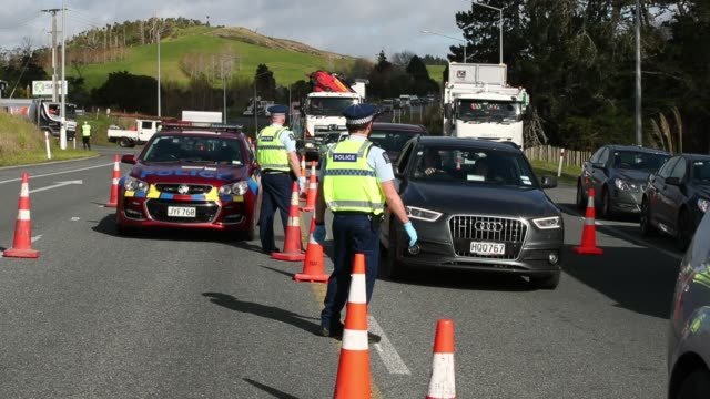 police question drivers as they head in and out of auckland on sh1 north of wellsford on august 12, 2020 in auckland, new zealand. covid-19... - new zealand stock videos & royalty-free footage