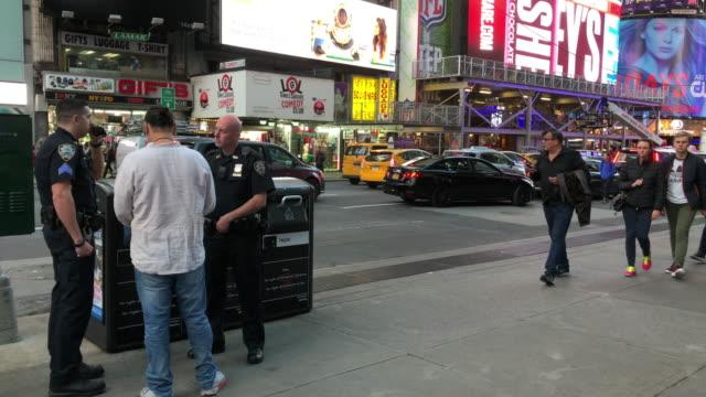 nypd police questioning people on times square, new york city - ansvar bildbanksvideor och videomaterial från bakom kulisserna