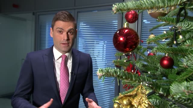 police release images of 12 of london's most wanted burglary suspects detective superintendent iain raphael interview sot christmas bauble pull focus... - dekoration stock-videos und b-roll-filmmaterial