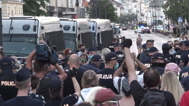 vídeos de stock e filmes b-roll de police remove demonstrators trying to block a police car with arrestees in warsaw, poland on august 7, 2020. several hundred lgbt people and... - polónia