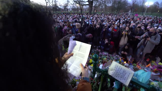police scuffle with people gathering at the band-stand where a planned vigil in honour of murder victim sarah everard, which was officially cancelled... - 光栄点の映像素材/bロール