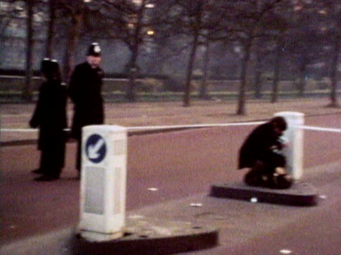police seal off the mall following the attempted kidnap of princess anne. 1974. - kidnapping stock videos & royalty-free footage