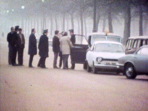 police seal off the mall following the attempted kidnap of princess anne 1974 - entführung verbrechen stock-videos und b-roll-filmmaterial