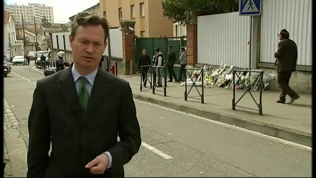 police search for gunman who killed four people at jewish school in toulouse armed police officer reporter to camera various of cctv cameras on... - 武装犯点の映像素材/bロール
