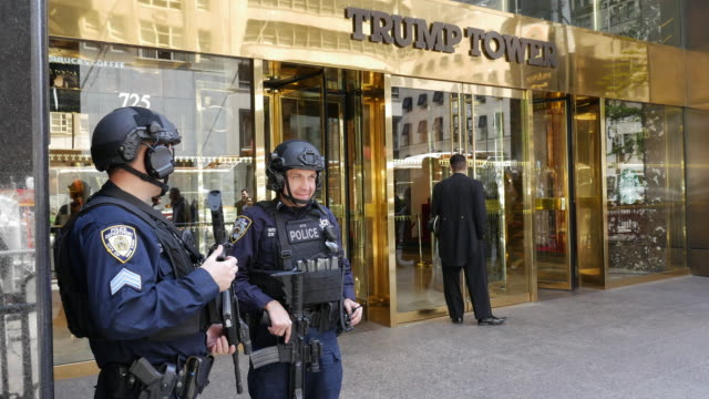 vídeos de stock, filmes e b-roll de nypd police securing trump tower in new york city - uniforme militar