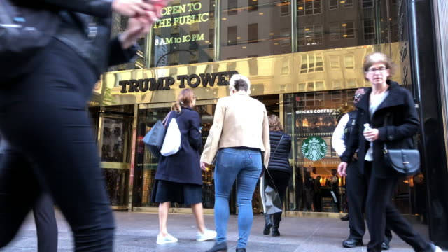 vidéos et rushes de nypd police securing trump tower in the new york city - politique
