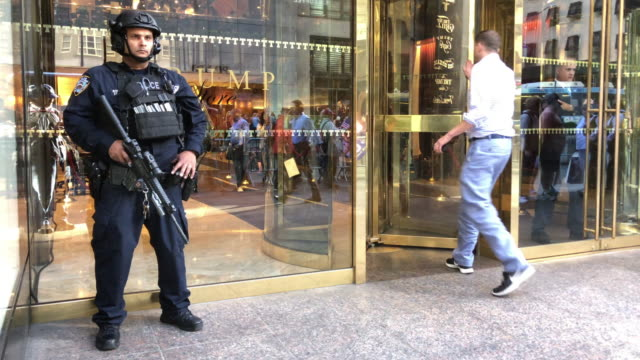 vídeos y material grabado en eventos de stock de nypd police securing trump tower in the new york city - democracia