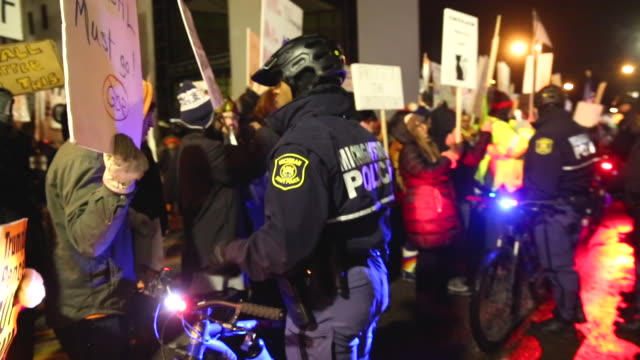 vidéos et rushes de police separate pro and antitrump protesters outside the kellogg arena where president donald trump was holding a rally on december 18 2019 in battle... - michigan