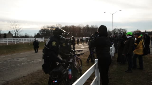 vidéos et rushes de police stand guard as white nationalists clash with counterdemonstrators before the start of a speech by white nationalist richard spencer who... - lansing