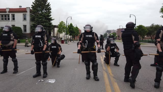 stockvideo's en b-roll-footage met police stand guard on the fourth day of protests on may 29 2020 in minneapolis minnesota the national guard has been activated as protests continue... - st. paul minnesota