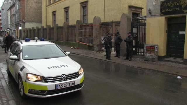 police stand guard outside copenhagen's main synagogue on sunday where during the night a gunman shot dead a jewish man and wounded two police... - terrorism bildbanksvideor och videomaterial från bakom kulisserna