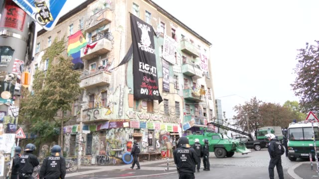 police stand outside liebigstrasse 34, also known as liebig34, after entering the building during the eviction of its residents on october 09, 2020... - links platz stock-videos und b-roll-filmmaterial