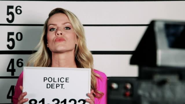 stockvideo's en b-roll-footage met politiebureau mugshot - confrontatie