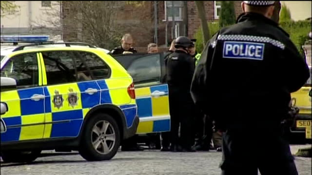 vidéos et rushes de police still hunting for james allen in connection with two murders in middlesbrough and whitby middlesbrough ext police officers and vehicles at... - nord est de l'angleterre