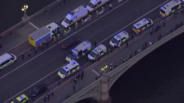 police stop cars and leave sirens blaring on westminster bridge in london to clap for all frontline workers during the coronavirus crisis - thank you englischer satz stock-videos und b-roll-filmmaterial