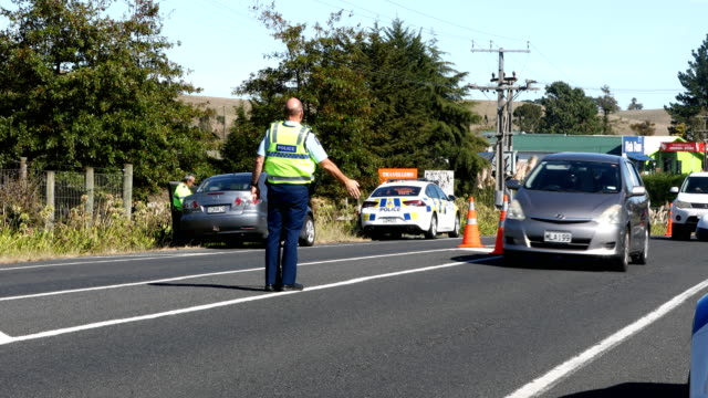 police stop commuters travelling south towards the coromandel on april 10 2020 in maramaru new zealand with new zealand in lockdown due to covid19... - new zealand stock videos & royalty-free footage