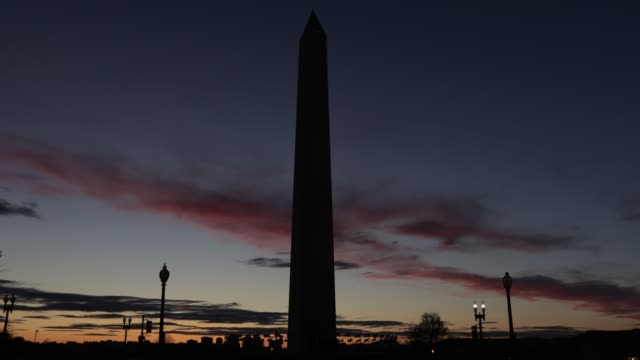 vídeos y material grabado en eventos de stock de police tapes blocks off a pathway at the national mall near the washington monument during the coronavirus pandemic on april 3, 2020 in washington,... - virginia estado de los eeuu