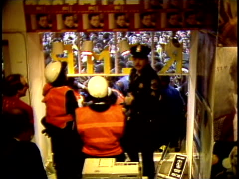 vídeos y material grabado en eventos de stock de police tyring to control crowd outside record store during album signing - tienda de discos
