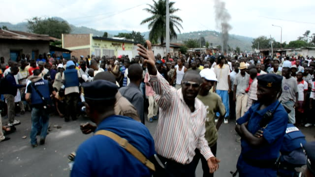 stockvideo's en b-roll-footage met may 20: police used live bullets and tear gas to suppress protesters throwing stones in the burundian capital of bujumbura on wednesday may 20 as... - 2015
