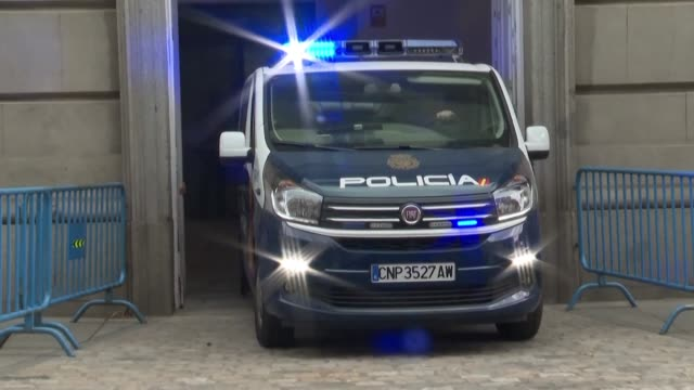 police vans transporting the catalan leaders on trial arrive at the spain's supreme court in madrid - giustizia video stock e b–roll