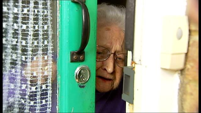 police warn elderly against 'bogus callers'; kent: sevenoaks: int bertha opening front door as refuses to let itn reporter in sot - 断る点の映像素材/bロール