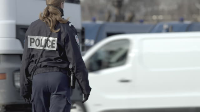 stockvideo's en b-roll-footage met police woman directing traffic, with ambulance sirens - frankrijk