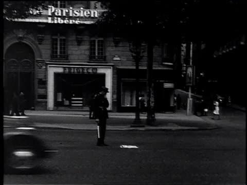 vídeos de stock e filmes b-roll de policeman directing traffic on busy street / paris france - maça