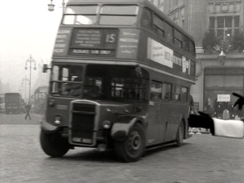 a policeman directs traffic at oxford circus - autobus a due piani video stock e b–roll