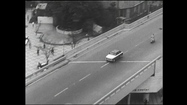 a policeman directs traffic on the heavily congested tokyo metropolitan expressway. - 歴史的事件点の映像素材/bロール
