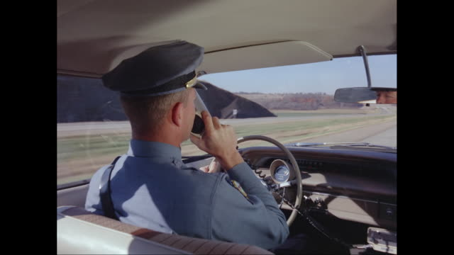 vídeos de stock, filmes e b-roll de ms pov policeman driving car while using walkie talkie / united states - sentar
