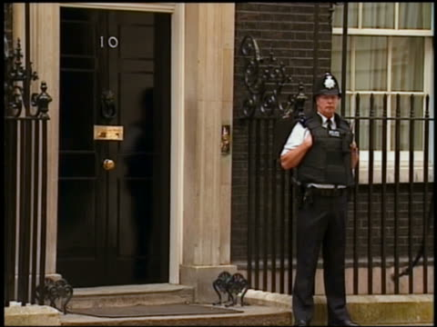 vidéos et rushes de policeman in bullet proof vest guarding 10 downing street / london - genre de la personne