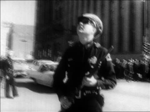 b/w 1963 policeman in uniform holding gun looking up / kennedy assassination / dallas - attentat auf john f. kennedy stock-videos und b-roll-filmmaterial