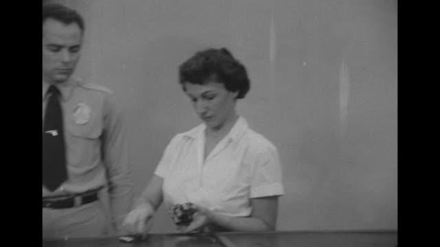 vídeos y material grabado en eventos de stock de policeman shows policewomen recruits how to load a gun during training in los angeles, california. - military recruit