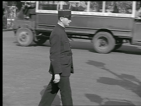 stockvideo's en b-roll-footage met b/w 1936 pan policeman signaling traffic to keep moving then signaling to stop / paris, france - 30 39 jaar