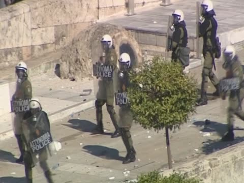 policemen being attacked by rioters outside the greek parliament - ユーロ圏債務危機点の映像素材/bロール